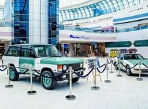 Photos of Abu Dhabi old police cars (Range Rover & Porsche) displayed in public
