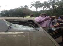 Ibadan police officer smashes taxi driver's windscreen for refusing to give ₦100 bribe