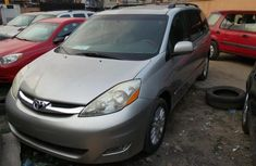 Super neat silver 2005 Toyota Sienna for sale