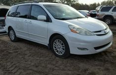 CLEAN 2005 WHITE TOYOTA SIENNA FOR SALE