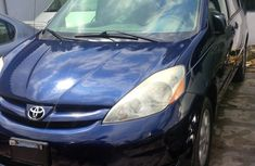 Very clean Toyota Sienna 2004 model Blue for sale with full option