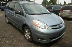 Almost brand new Toyota Sienna Petrol 2006 blue for sale