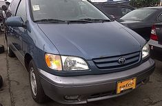 Used Toyota Sienna 2000 model for sale.