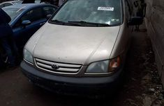Clean Toyota Sienna 2001 gold for sale