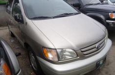 Direct tokunbo Toyota Sienna 2001 gold for sale