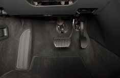 Should you use left foot to apply brake on automatic transmission cars?