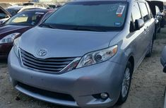 CLEAN 2010 TOYOTA SIENNA BLUE FOR SALE