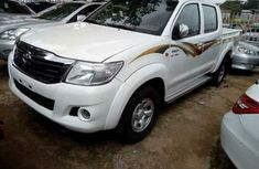 CLEAN 2010 TOYOTA HILUX WHITE FOR SALE.