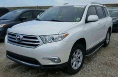 Clean Toyota Highlander 2010 White for sale