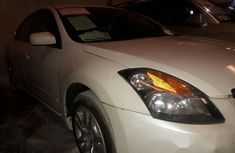 Clean Nissan Altima 2009 White for sale