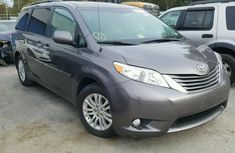 Very clean tokunbo Toyota Sienna 2011 Silver for sale