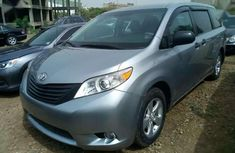 Angular-front-of-a-2011-TOyota-Sienna