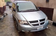 Angular-front-of-a-dodge-Caravan-2005