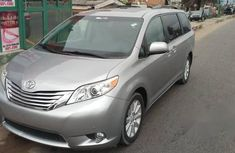 angular-front-of-a-toyota-Sienna-2011