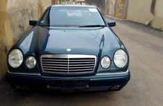 Sharp clean Mercedes-Benz E230 2000 Green color for sale