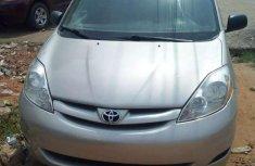 Selling 2009 Toyota Sienna van automatic in Lagos