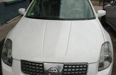 Need to sell high quality white 2005 Nissan Maxima automatic at price ₦750,000