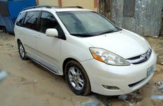 White 2007 Toyota Sienna car automatic at attractive price in Lagos