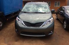 Selling blue 2013 Toyota Sienna automatic at price ₦6,000,000