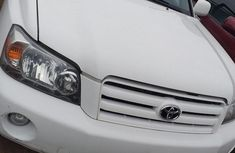 Clean white 2005 Toyota Highlander automatic for sale at price ₦3,200,000