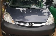 Well maintained grey 2009 Toyota Sienna van automatic for sale