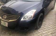 Need to sell high quality blue 2010 Nissan Altima automatic at price ₦1,400,000