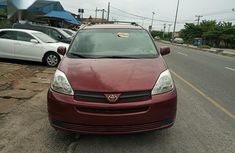 Toyota Sienna 2004 CE FWD (3.3L V6 5A) Red color for sale