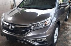 Selling grey/silver 2017 Honda CR-V in Lagos