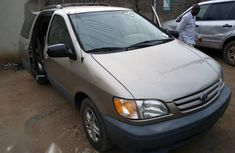 Need to sell gold 2002 Toyota Sienna van  at price ₦1,550,000
