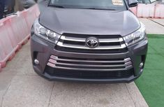 Clean and neat grey 2019 Toyota Highlander for sale