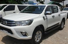 Need to sell cheap used white 2017 Toyota Hilux manual