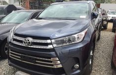 Sell well kept 2017 Toyota Highlander suv automatic
