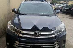 Selling blue 2018 Toyota Highlander automatic in good condition in Lagos