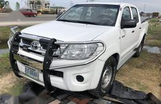 Need to sell cheap used white 2012 Toyota Hilux manual in Lagos