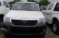 Sparkling white 2014 Toyota Hilux for sale