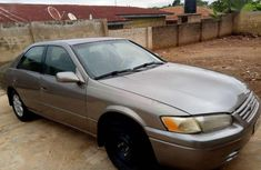 Selling gold 2000 Toyota Camry at cheap price