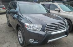 Selling grey 2010 Toyota Highlander suv automatic at price ₦4,200,000