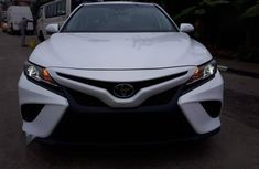Toyota Camry 2018 SE FWD (2.5L 4cyl 8AM) White color for sale