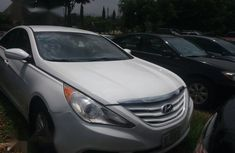 Need to sell high quality white 2010 Hyundai Sonata automatic at price ₦2,000,000