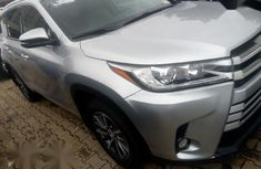 Grey/silver 2018 Toyota Highlander suv / crossover automatic at mileage 33,234 for sale