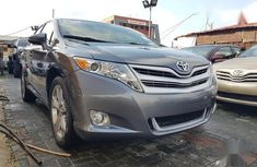 Selling grey/silver 2015 Toyota Venza at cheap price