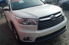 Selling white 2016 Toyota Highlander suv automatic at price ₦13,500,000