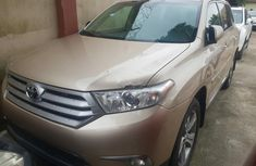 Selling gold 2011 Toyota Highlander automatic in good condition in Lagos