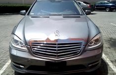 Need to sell high quality grey/silver 2007 Mercedes-Benz S550 at price ₦2,774,477 in Lagos