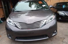Neat Tokunbo Used Toyota Sienna 2015 Model