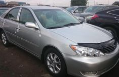 Selling grey/silver 2006 Toyota Camry automatic in good condition in Lagos
