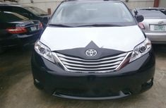 Neat Foreign used 2017 Toyota Sienna