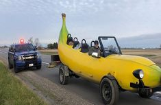 US traffic officer pulls Banana car over, gives its driver $20