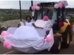 The wedding car of the year: the backhoe could stimulate the creativity among couples for their wedding!