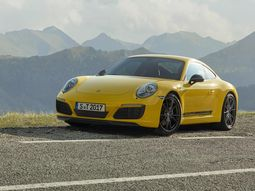 2019 Porsche 911 Carrera is just so fast that you wont know she passed by